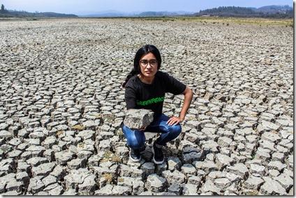 En lago Peñuelas, uno de las principales fuentes de agua potable para Valparaíso y Viña del Mar, hoy presenta apenas un 1 por ciento de agua. Casi seco, es evidencia de que el verdadero monstruo se llama sequía y está en Peñuelas, no en la Quinta Vergara, donde esta semana se desarrolla el Festival del Viña del Mar.  © Diego León / Greenpeace