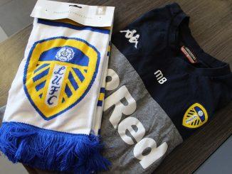 Marcelo Bielsa dona camiseta original y bufanda del Leeds para rifa solidaria en ayuda de los niños con cáncer