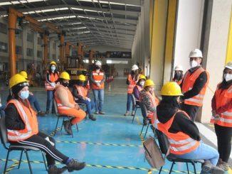 Jefas de hogar de Antofagasta y Mejillones concluyeron curso de grúas horquilla dictado por Finning