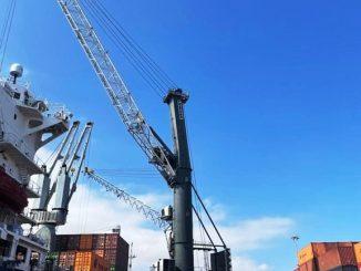 Mejoran infraestructura portuaria para la atención de naves con grúa móvil